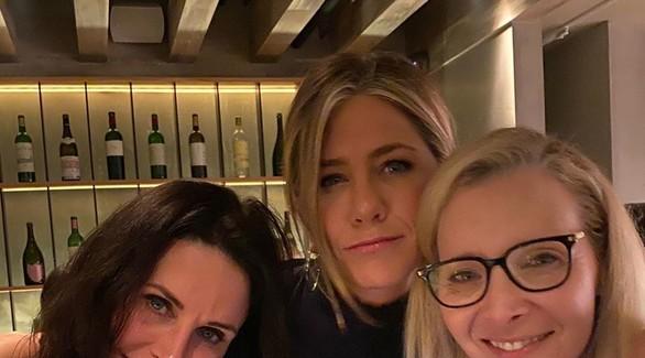Рэйчел, Моника и Фиби собрались поужинать