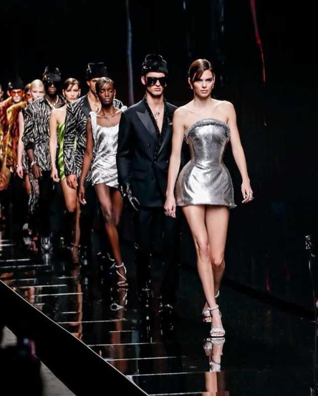 Кендалл Дженнер и другие модели на показе Versace