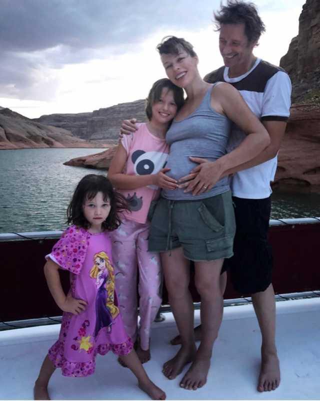 Мила Йовович с семьей
