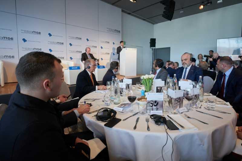 Владимир Зеленский призвал иностранный бизнес присоединиться к проектам по восстановлению и реинтеграции Донбасса