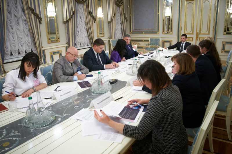 Владимир Зеленский провел совещание по разработке программы, которая будет мотивировать молодежь с оккупированных территорий к сохранению украинского гражданства