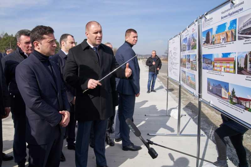 «Большое строительство»: Владимир Зеленский ознакомился с ходом возведения первой бетонной дороги в Украине