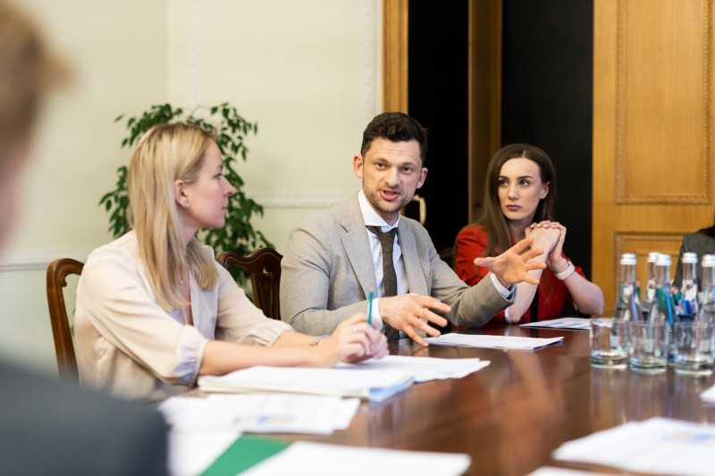 Елена Зеленская приняла участие в совещании, посвященном работе горячей линии по противодействию насилию