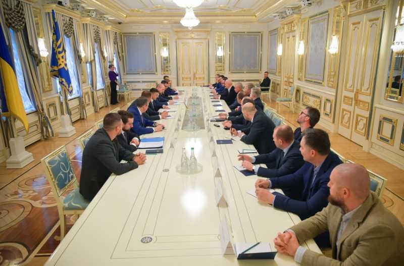 Президент Украины провел встречу с крупным бизнесом для помощи во время борьбы с распространением коронавируса