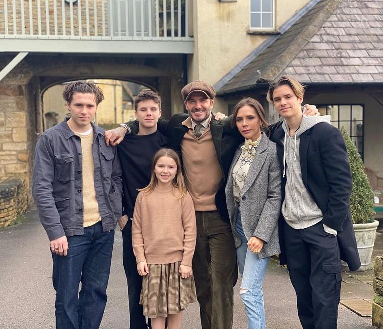 Дэвид и Виктория Бекхэм с детьми