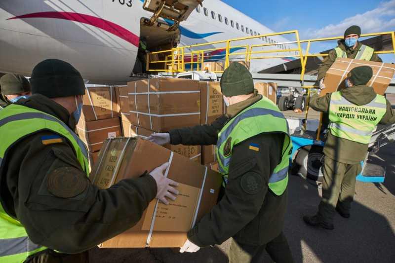 В Украину прибыл самолет с новой партией ПЦР-тестов и средствами защиты