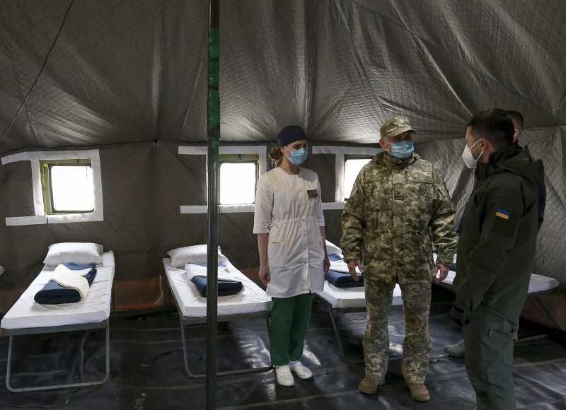 Президент посетил палаточный городок для больных COVID-19 военных в зоне ООС
