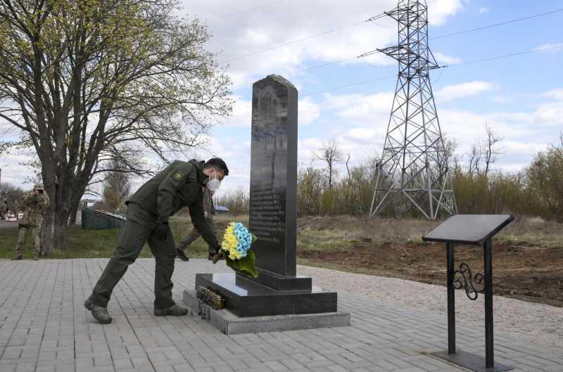 Владимир Зеленский почтил память погибших пассажиров автобуса Златоустовка – Донецк