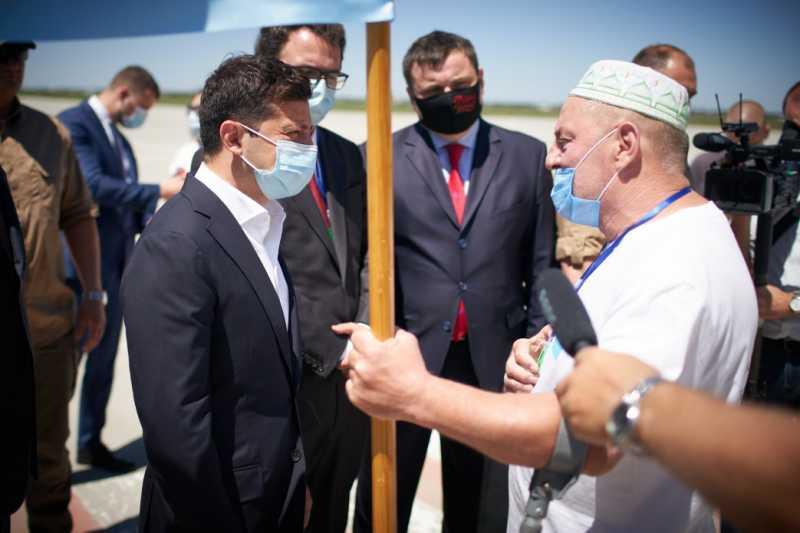 Глава государства ознакомился с реконструкцией аэропорта Херсон и получил в подарок крымскотатарский флаг
