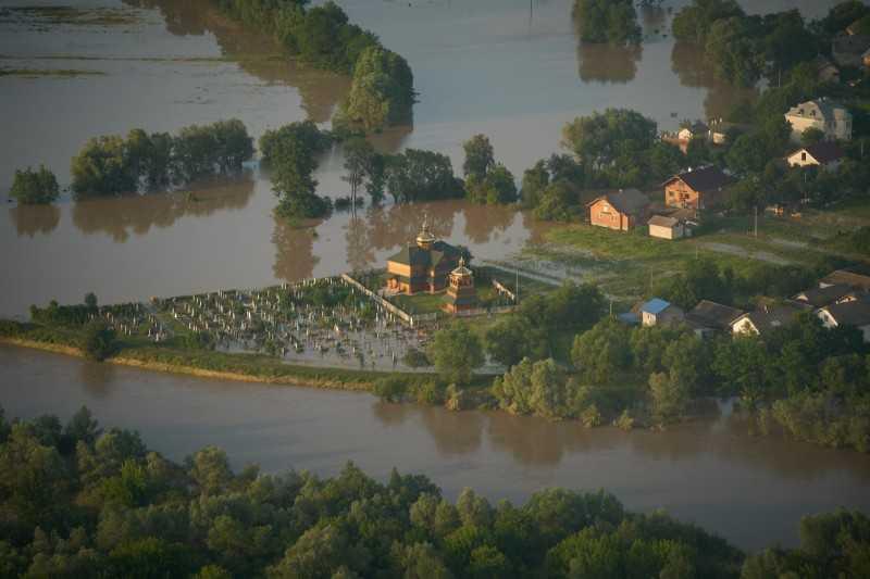 Президент лично проверил ход ликвидации последствий наводнения на Ивано-Франковщине
