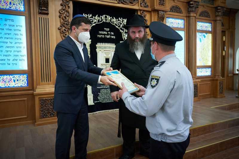 Президент посетил синагогу Хабад в Херсоне, которую в апреле пытались поджечь злоумышленники