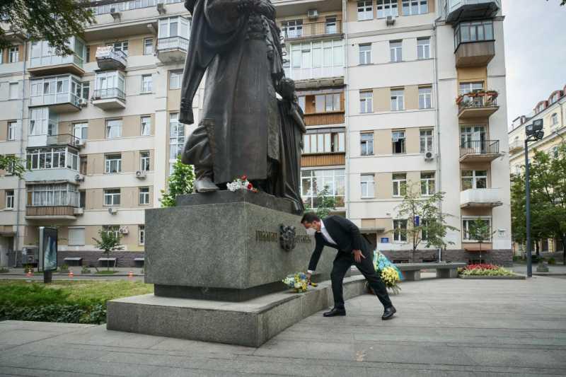 Президент возложил цветы к памятнику гетману Филиппу Орлику, творцу первой украинской Конституции