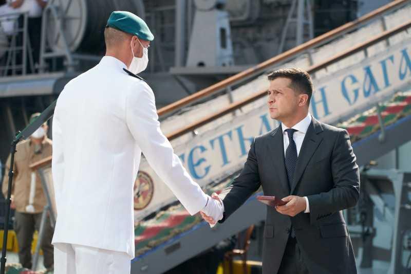 Президент передал родным погибших Героев Украины Анны Бортюк и Сергея Шатохина ордена «Золотая Звезда» и вручил награды по случаю Дня ВМС