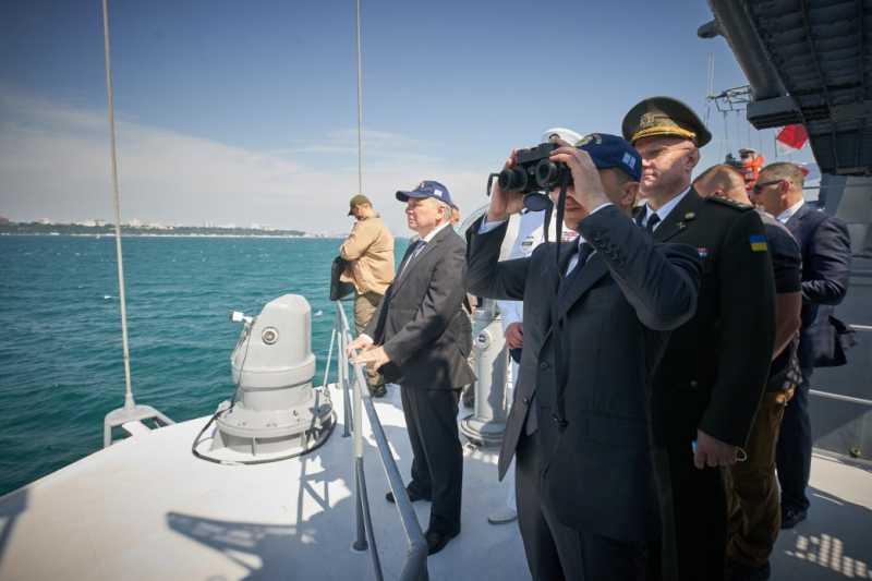 В День ВМС Украины Президент осмотрел прохождение военных кораблей и техники