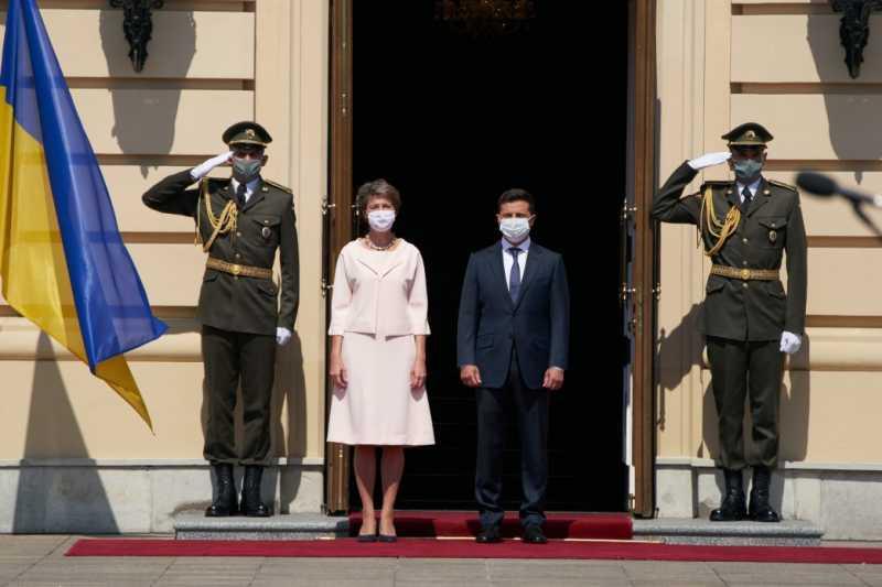 В Киеве состоялась официальная церемония встречи президентов Украины и Швейцарии