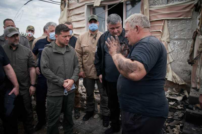 Владимир Зеленский ознакомился с ходом ликвидации последствий лесных пожаров в Луганской области и пообщался с местными жителями