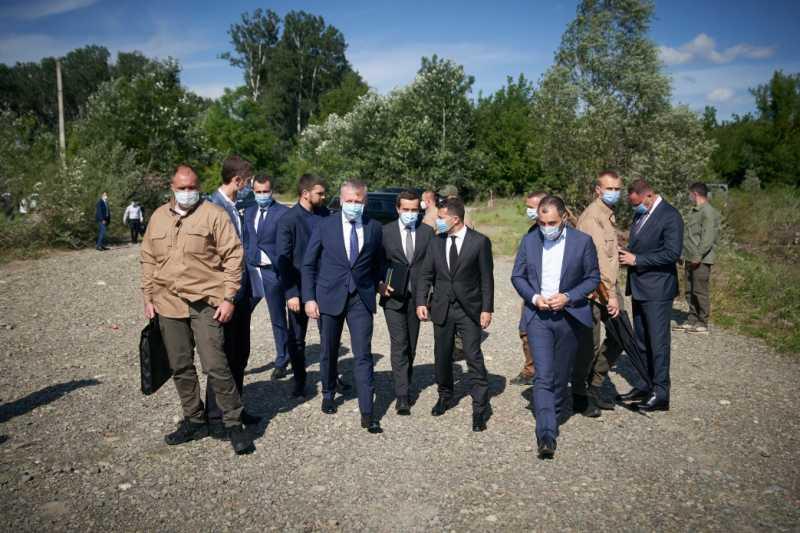 Владимир Зеленский заслушал план по восстановлению разрушенного моста через реку Прут на Буковине