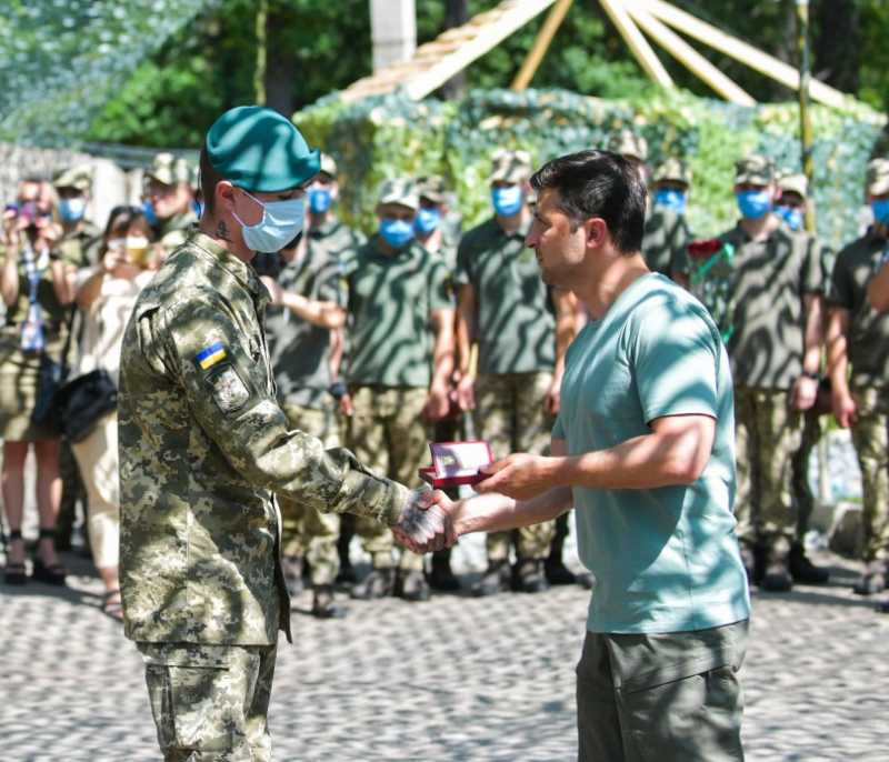На Донбассе Президент наградил украинских военных за мужество в бою