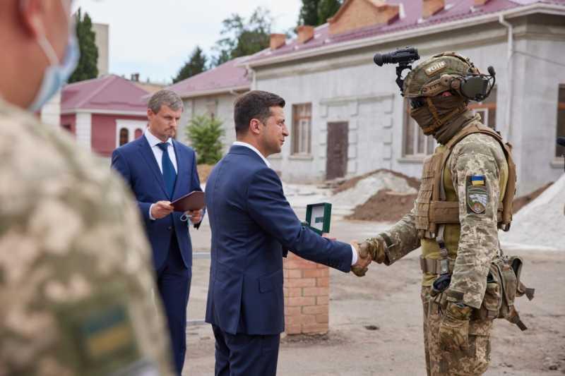 Президент посетил место дислокации Третьего полка Сил специального назначения имени князя Святослава Храброго и пообщался с военными