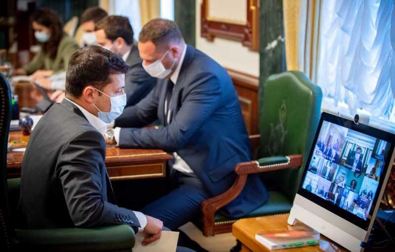 Президент требует от Кабмина четкой коммуникации по карантину, экономических программ для преодоления бедности и создания всех условий для изготовления вакцин в Украине