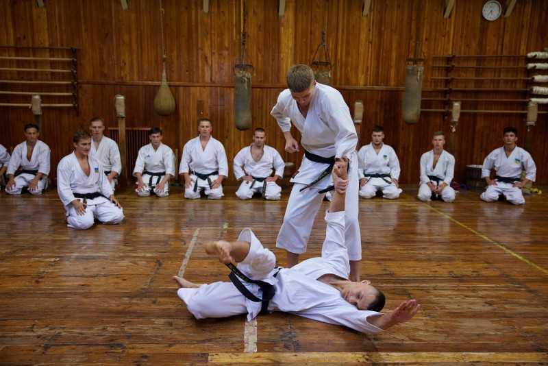 Президент в Кропивницком посетил тренировку юных каратистов и получил именной черный пояс