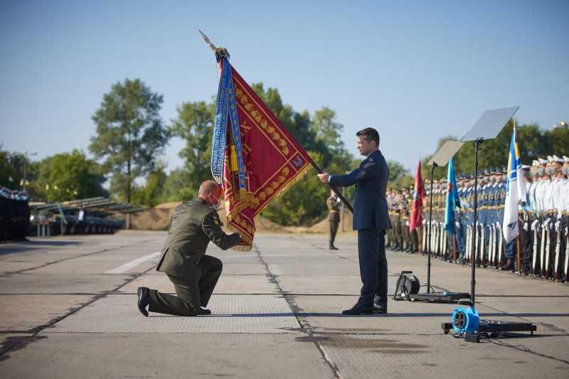 Президент вручил орден «Золотая Звезда» сестре Героя Украины Сергея Михальчука, а также боевые знамена командирам частей, которым присвоены почетные наименования