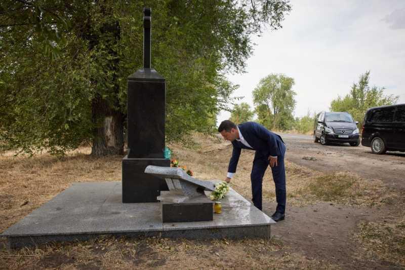 В Днепропетровской области Президент возложил цветы на месте гибели украинского музыканта, Героя Украины Андрея Кузьменко