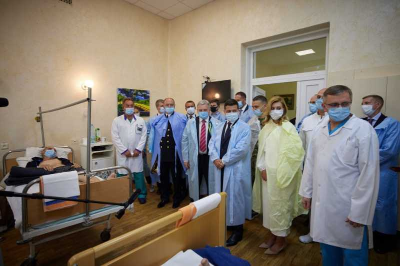 Владимир и Елена Зеленские посетили военный клинический госпиталь и пообщались с ранеными защитниками Украины