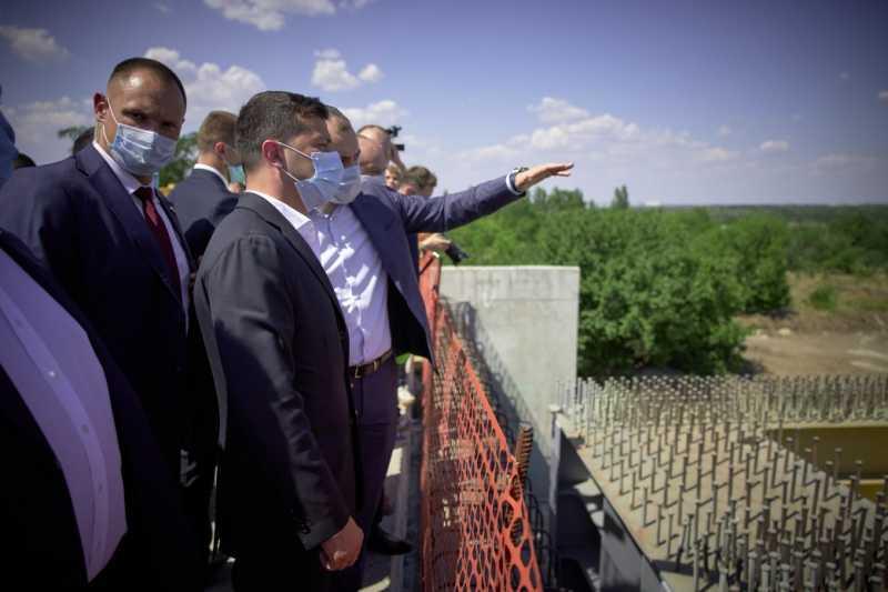 Владимир Зеленский ознакомился со строительством моста в Запорожье