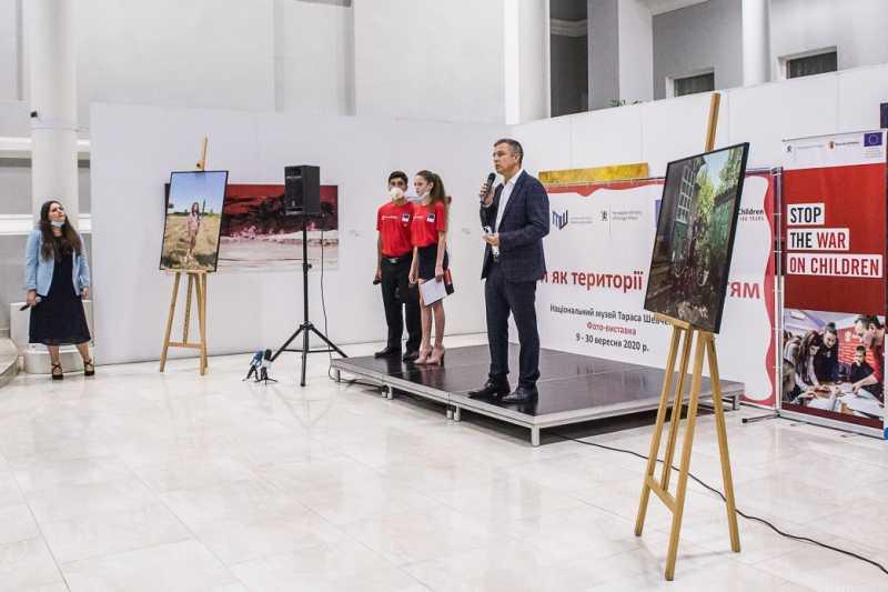 Фотографии, которые показывают реальность жизни детей на востоке – Николай Кулеба об открытии выставки «Школы как территории мира»
