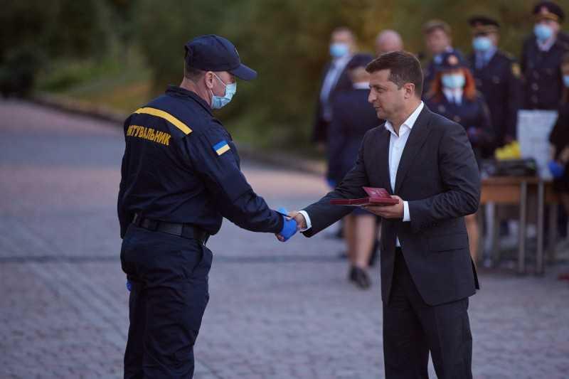 Глава государства поздравил спасателей с профессиональным праздником: Вся Украина увидела вашу отвагу