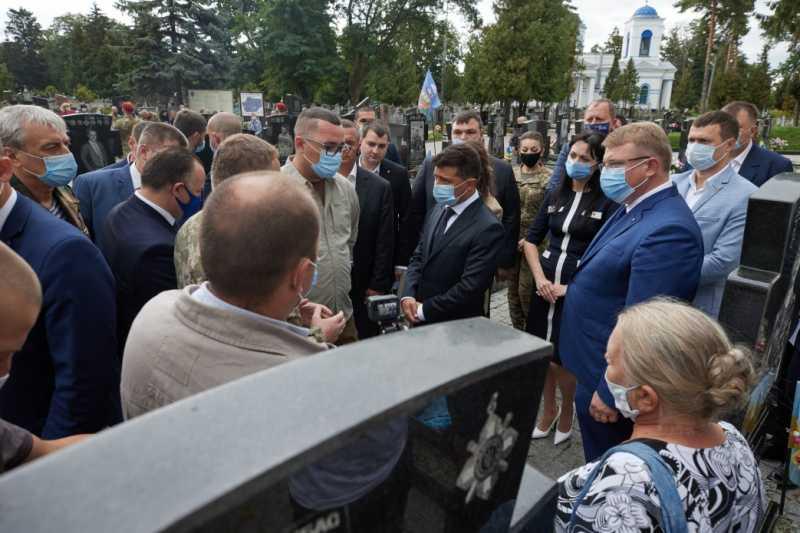 На Сумщине Владимир Зеленский посетил Мемориал героям АТО и пообщался с ветеранами и их семьями