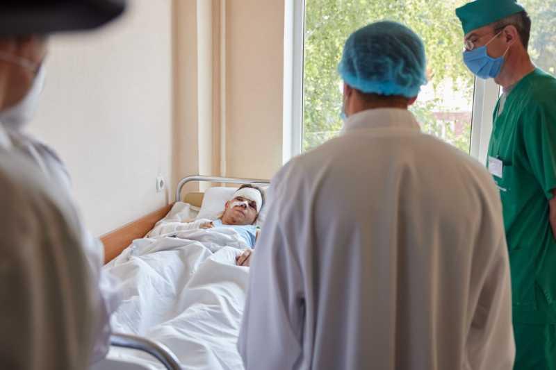 Президент Украины посетил в больнице курсанта, раненого в результате катастрофы самолета Ан-26 вблизи Чугуева