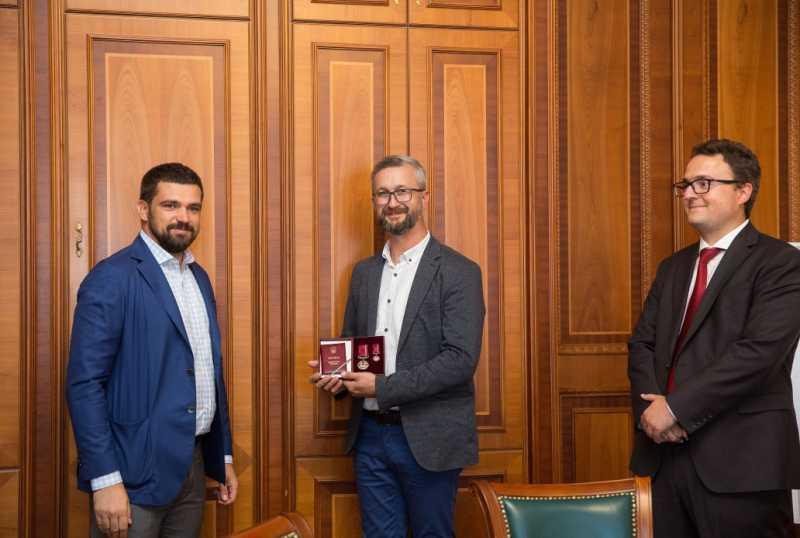 Сергей Трофимов передал орден «За заслуги» III степени заместителю председателя Меджлиса Нариману Джелялову