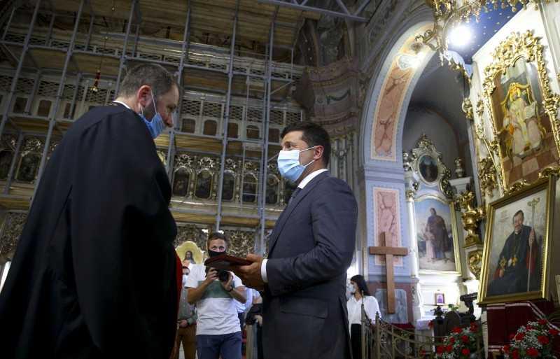 В Ужгороде Глава государства посетил Крестовоздвиженский греко-католический собор и Свято-Николаевскую церковь, вручив там государственные награды