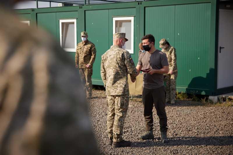 Вы все для нас герои – Президент посетил базовый лагерь Главного управления разведки